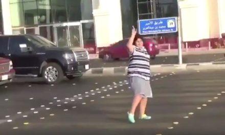 ¡Arrestan a niño por bailar la Macarena en la calle! #Video