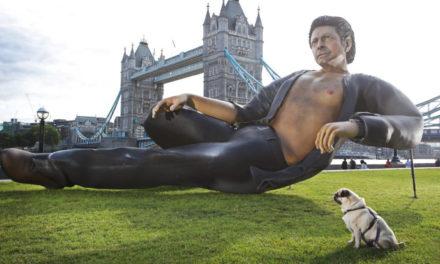 Londres amaneció con una estatua gigante…¡de Jeff Goldblum!