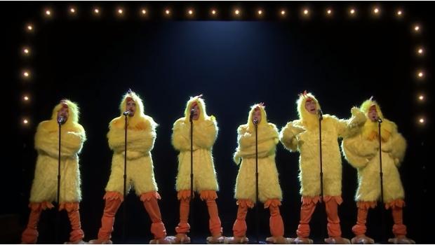Los Backstreet Boys se disfrazan de pollo y ¡Se ponen a cantar!